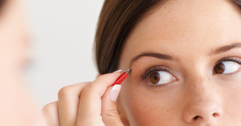 Frau zupft Augenbrauen mit einer ERBE Pinzette