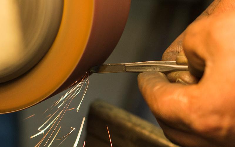 Pinzetten schleifen bei der Herstellung der Solinger Stahlwaren