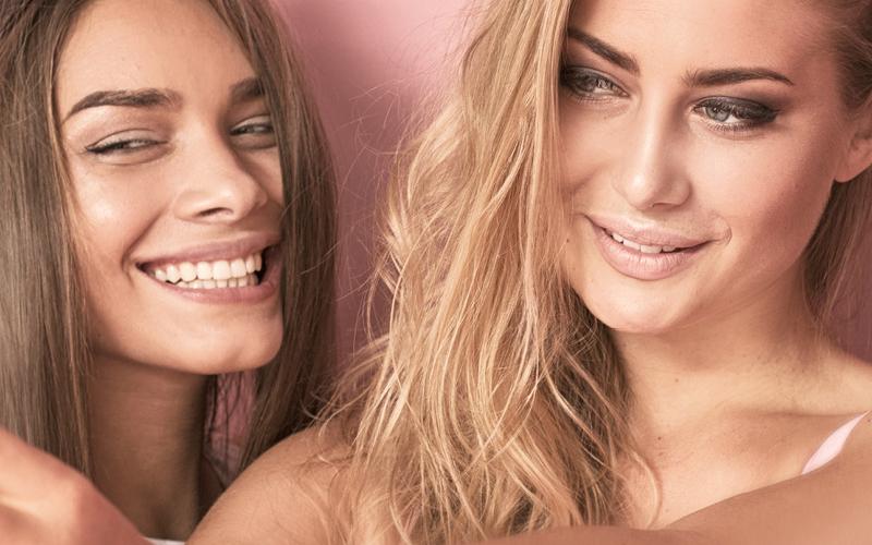 Mädchen spiegeln sich in den ERBE Kosmetik-Spiegeln
