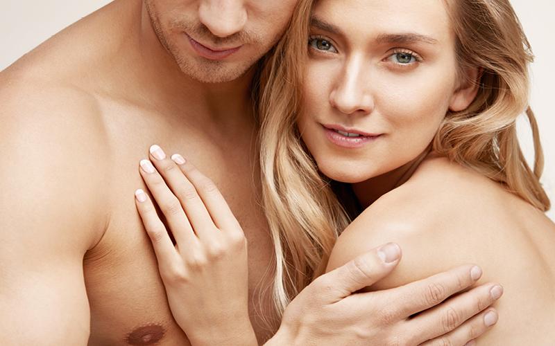 Nackte Oberkoerper Mann und Frau nach der Körperpflege